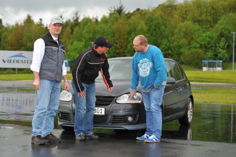 KÜS-Prüfingenieur Thomas Schuster unterstützt das DIQ und beantwortete den jungen Fahrern Fragen etwa zum Thema Beleuchtung am Fahrzeug. Links DIQ-Geschäftsführer Thomas Koch.